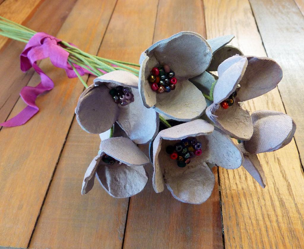Цветы из картонных лотков для яиц
