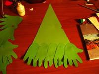 Новогодняя елка из ладошек