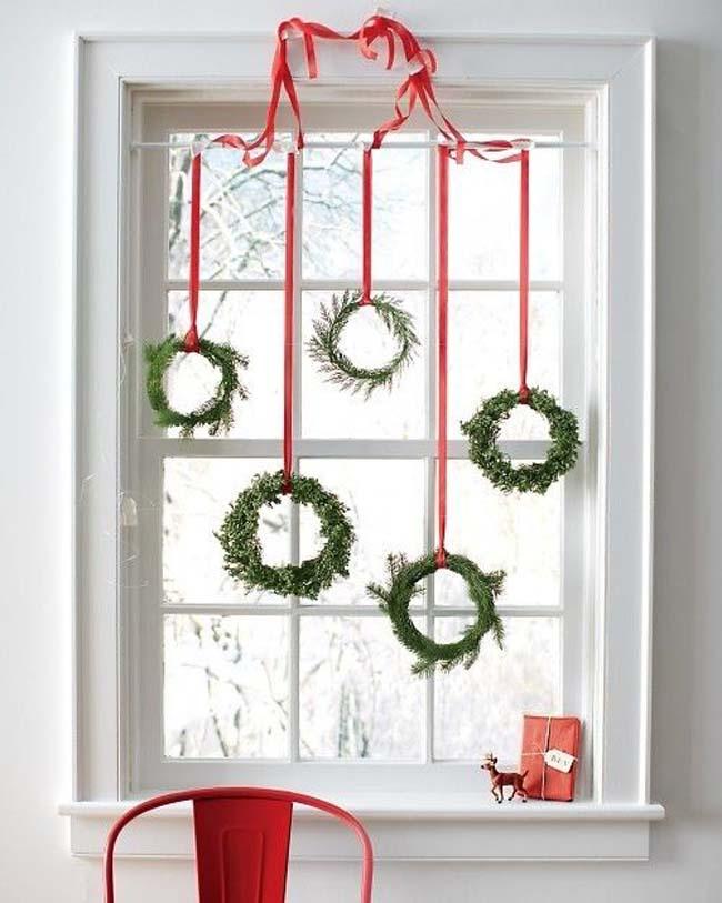 Украшаем окна новогодними венками