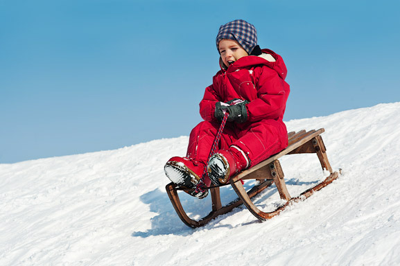 Катание на санках зимой