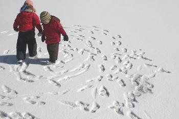 Догонялки след в след на снегу