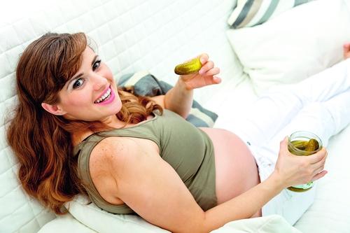 Почему беременных так тянет на соленое?