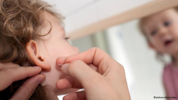 Как проколоть уши ребенку?
