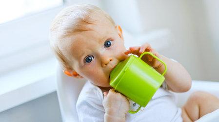 Когда можно начинать давать ребенку сок