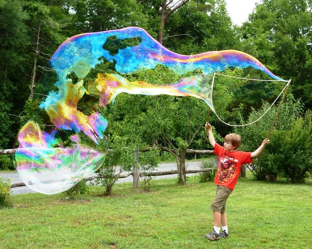 Гигантские мыльные пузыри в домашних условиях