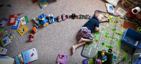 Разбираем старые игрушки с ребенком