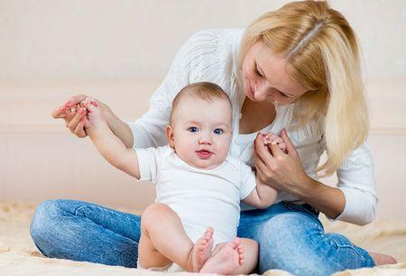 С какого возраста ребенок начинает садиться?
