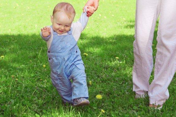 Как быстро научить ребенка ходить?