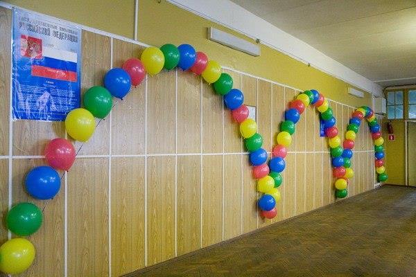Как украсить коридор школы шариками?