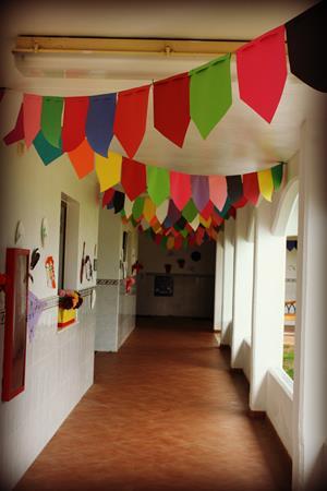 Как украсить коридор школы гирляндами?