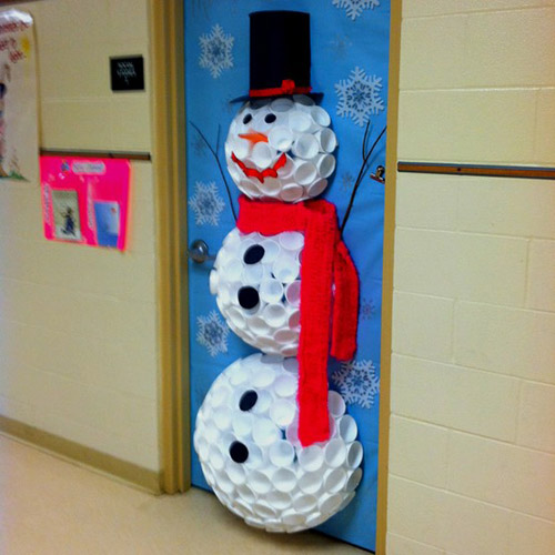 Снеговик на стену из пластиковых стаканчиков