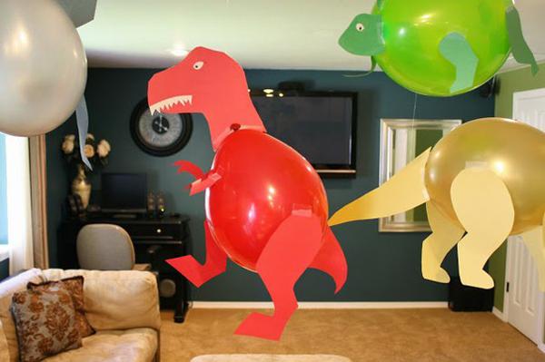 Красный динозавр из шарика