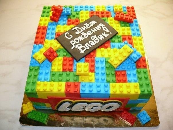 Торт в виде деталек Лего из мастики