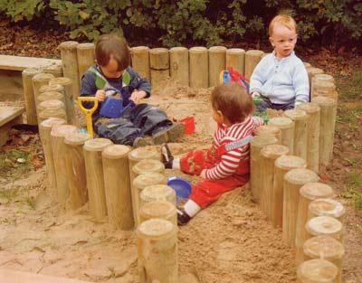 Детская песочница из беревен