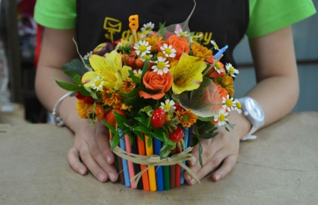 Ваза для цветов из цветных карандашей