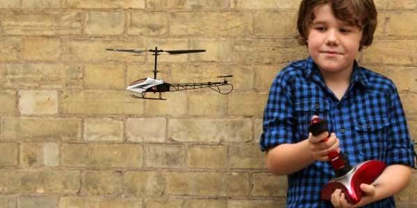 Мальчик с радоуправляемым вертолетом