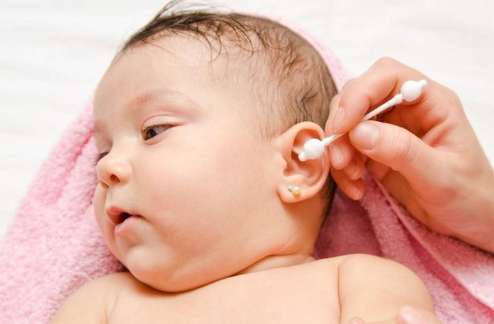 Как правильно чистить уши грудничку?