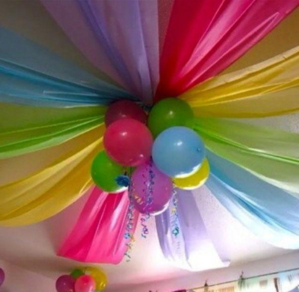 Украшение потолка шариками и лентами