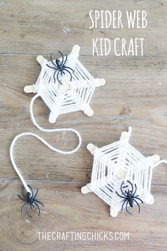 Паутина с пауками из палочек от мороженого
