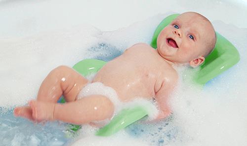Ребенок в ванне с пеной