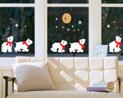 Аппликация с белыми медведями на окне