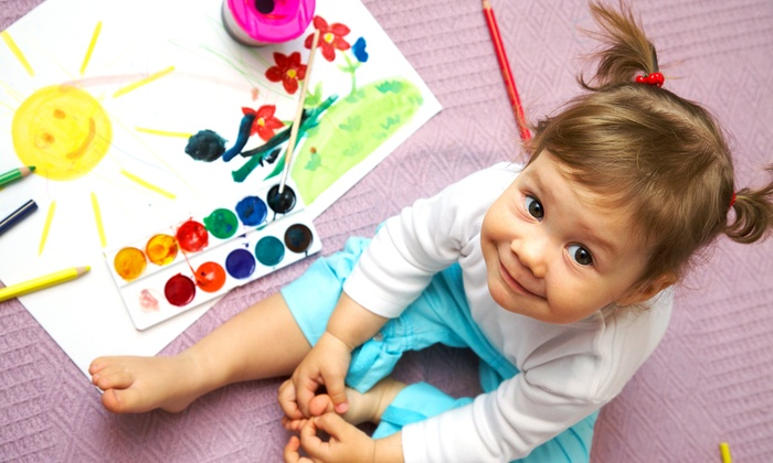 Девочка за рисованием