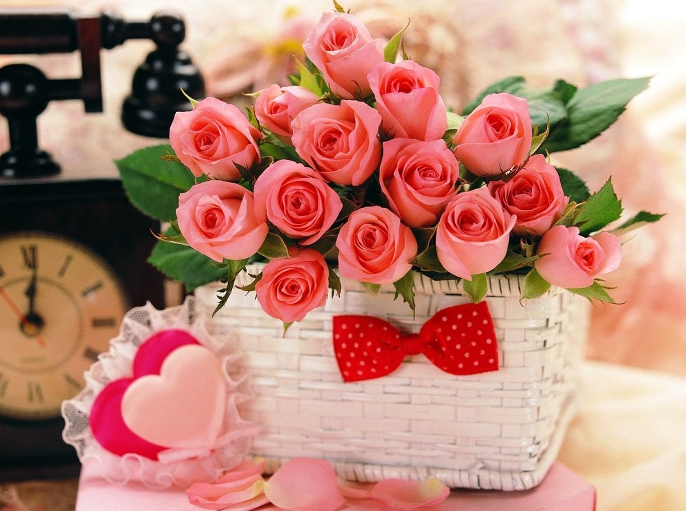 Розовые розы в корзинке