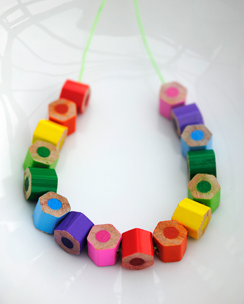 Бусы из кусочков цветных карандашей