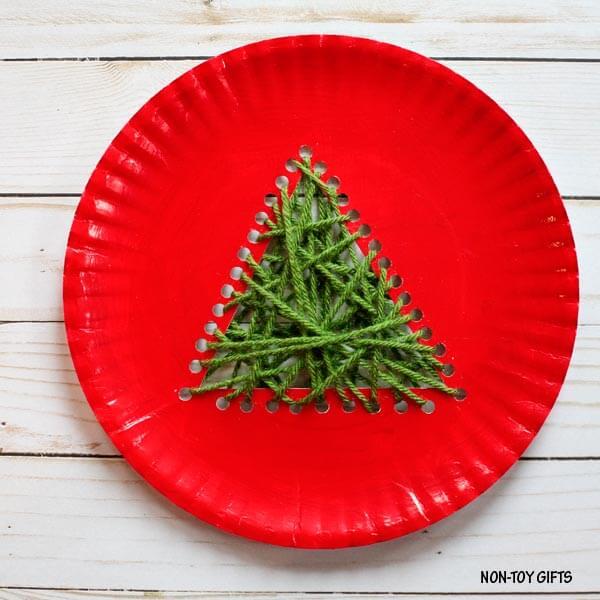 Как сделать новогоднюю поделку из одноразовой посуды