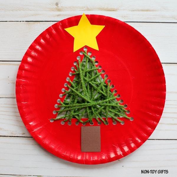 Новогодняя елочка из одноразовой тарелки и пряжи