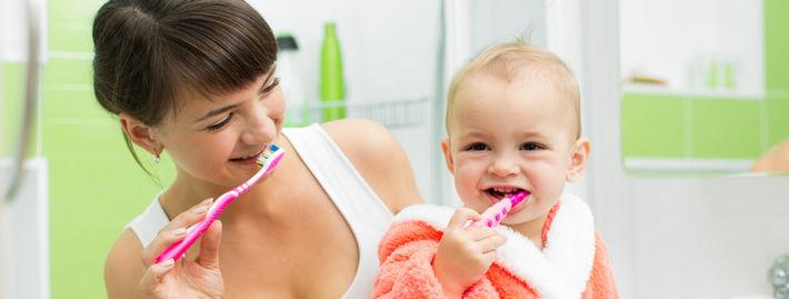 Мама показывает малышу как чистить зубы