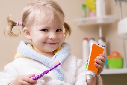 Когда чистить ребенку зубы с пастой