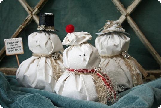 Снеговик из макулатуры. Новогодние поделки для детей