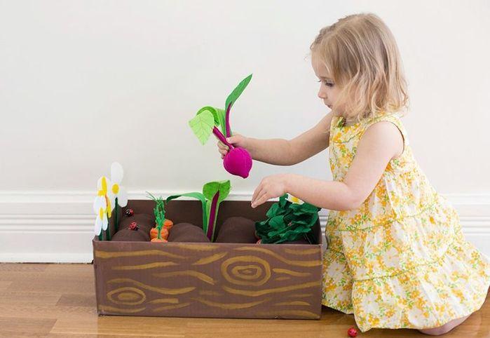 Грядка из фетра с овощами, ягодами и цветами