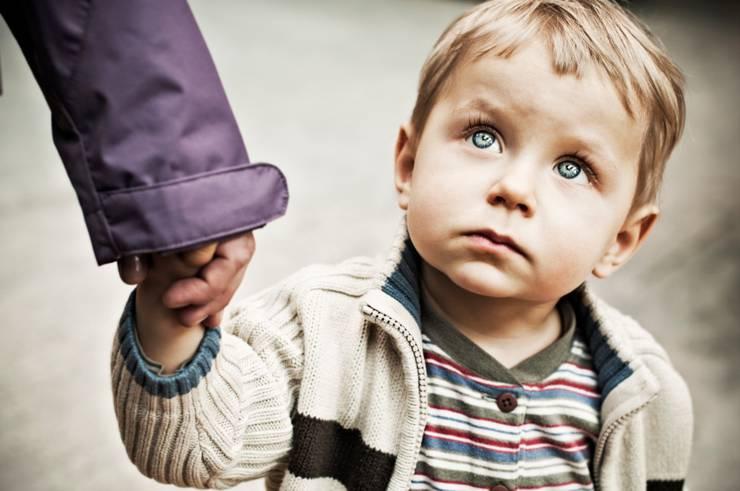Ребенок боится чужих. Что делать?