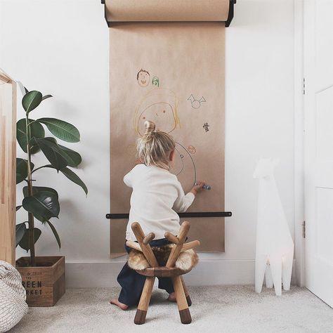 Удобный стенд для маленького художника