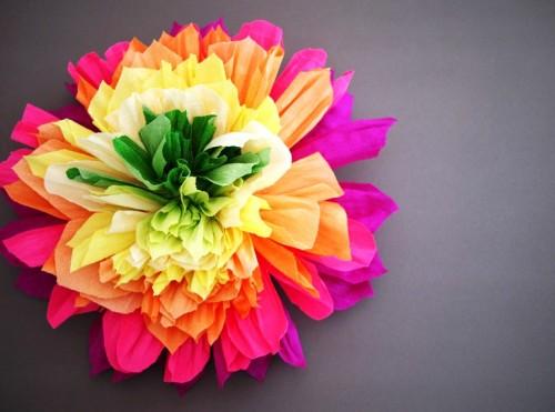 Большие цветы из гофрированной бумаги на 8 марта