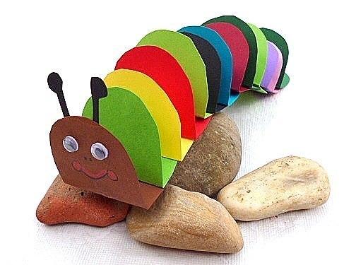 Забавная гусеница из цветной бумаги