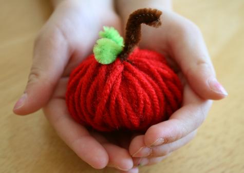 Поделки для детей: яблочко из ниток