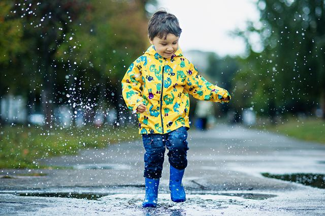 Прогулки под дождем: как одеть ребенка на прогулку?