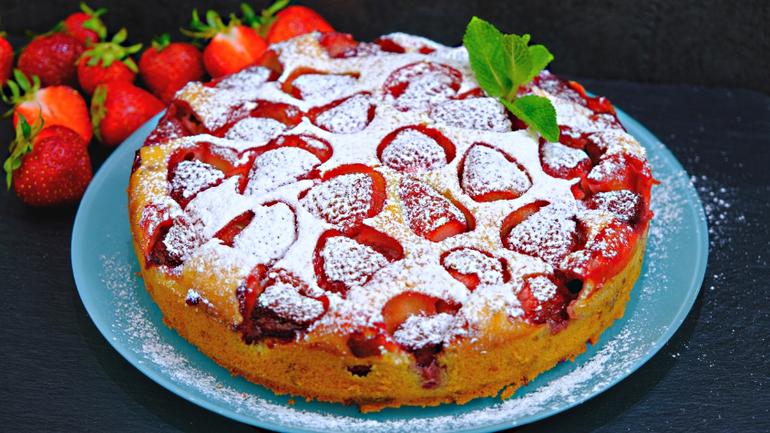 Сочный и очень простой пирог с клубникой